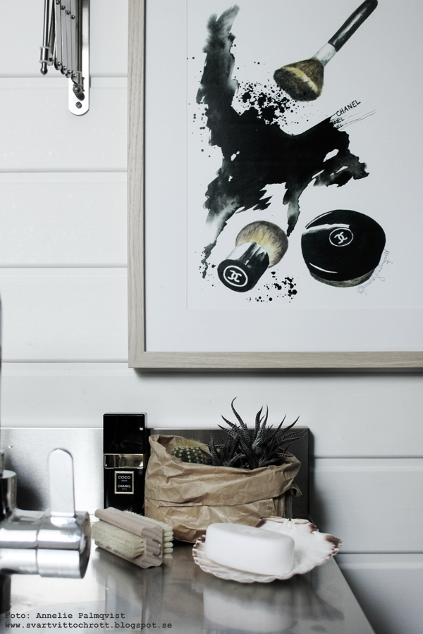 konsttryck, tavla smink, sminktavla, sminktavlor, chanel, puder, powder, poster, posters, print, prints, tavlor, tavla, annelies design & interior, webbutik, webbutiker, webshop, nettbutikk, nettbutikker, inredning, badrum, badrumsinredning, toalett, svart och vitt, svartvit, svartvita, svart handfat, rostfri bänkskiva, rostfritt i badrum, kaktus, kaktusar, papperspåse, parfym,