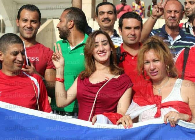 سيدات مصر يشجعن الفراعنة أمام السنغال