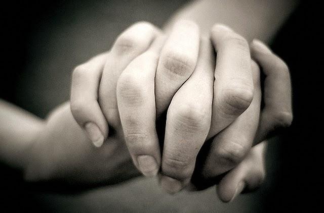 Agárrame la mano bien fuerte