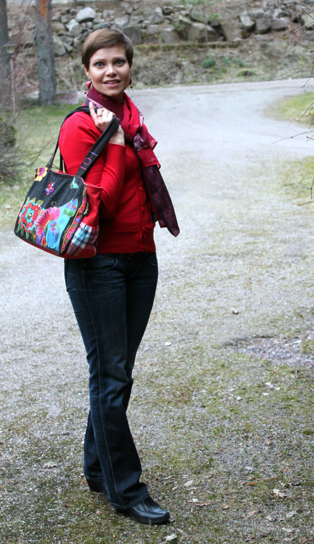 Bootcut Pepe jeans and handpainted bag with red jumper