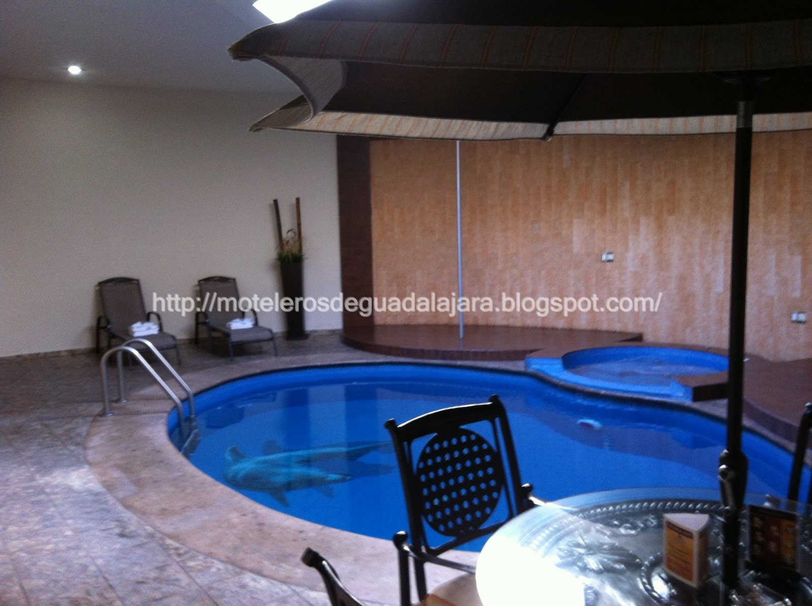 Moteleros de guadalajara motel gaudi suites villas alberca for Motel con piscina privada