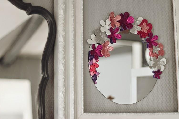 Diy un miroir so girly tiboudnez for Miroir 0 coller