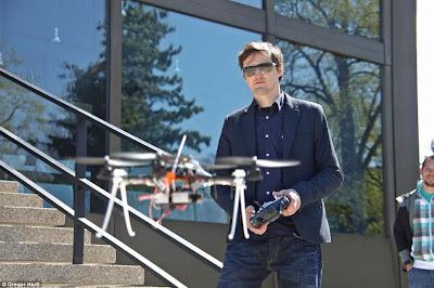 Um enxame de quadricópteros sincronizados toma os céus da Áustria Article-2198582-14D87BD3000005DC-892_964x641