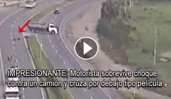 VIDEO IMPRESIONANTE; Motorista sobrevive aun choca contra un camión y cruza por debajo, tipo película