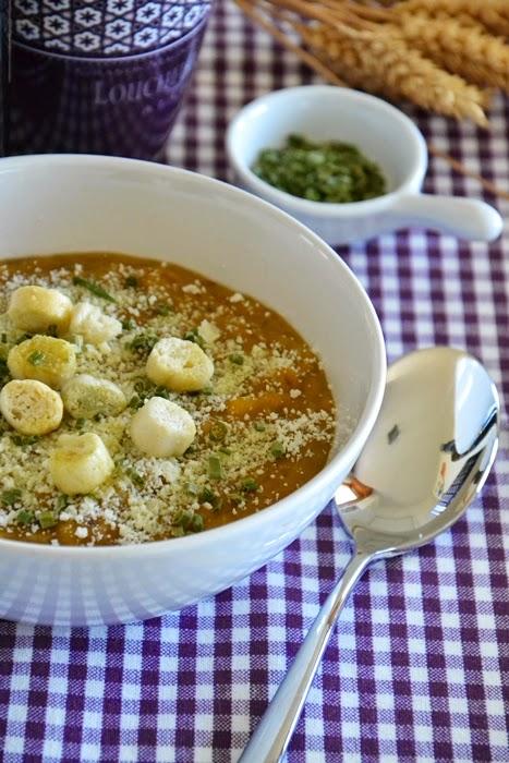 zuppa di legumi e cereali con crema di zucca all'erba cipollina con ricotta salata