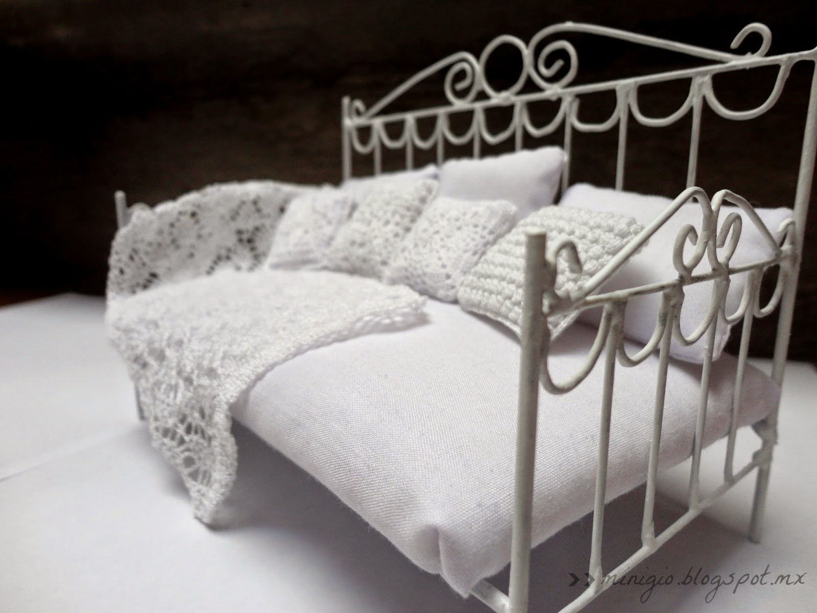 miniature bed, dollhouse, scale 1:12, crochet, pillow