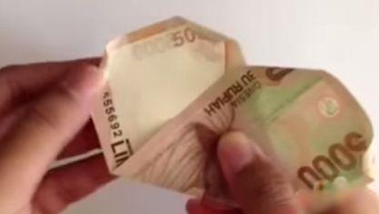 gambar melipat uang kertas menjadi kelopak bunga