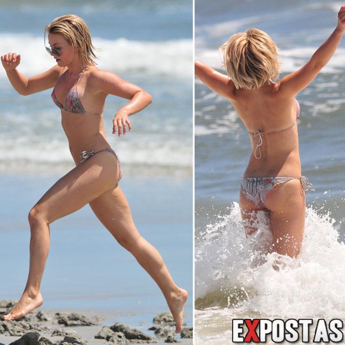 Julianne Hough de biquíni em praia de Oak Island, Canadá - 05 de Agosto de 2012