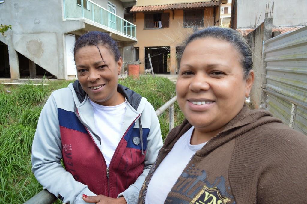 As irmãs Rute e Claudia Monteiro ficaram satisfeitas com o guarda-corpo colocado na passarela de acesso à residência delas