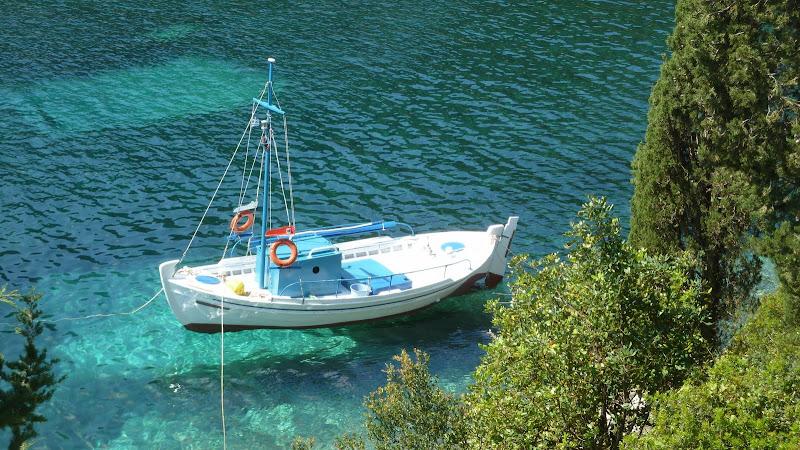 Fischerboot in der Foki Bucht bei Fiskardo (Kefalonia)