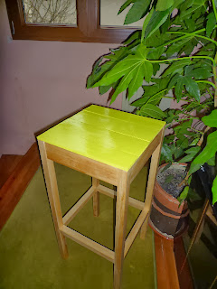 Taburete de madera verde pistacho.