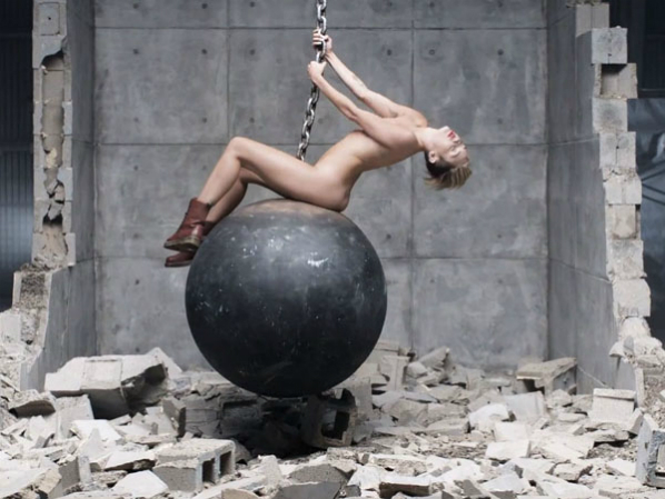 Miley Cyrus desnuda con una bola de demolición
