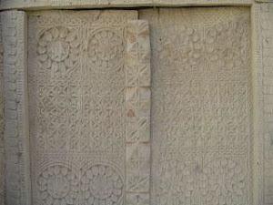در چوبي منبت کاري شده در قلعه سب که در در اواخر قرن 11 هجري قمري