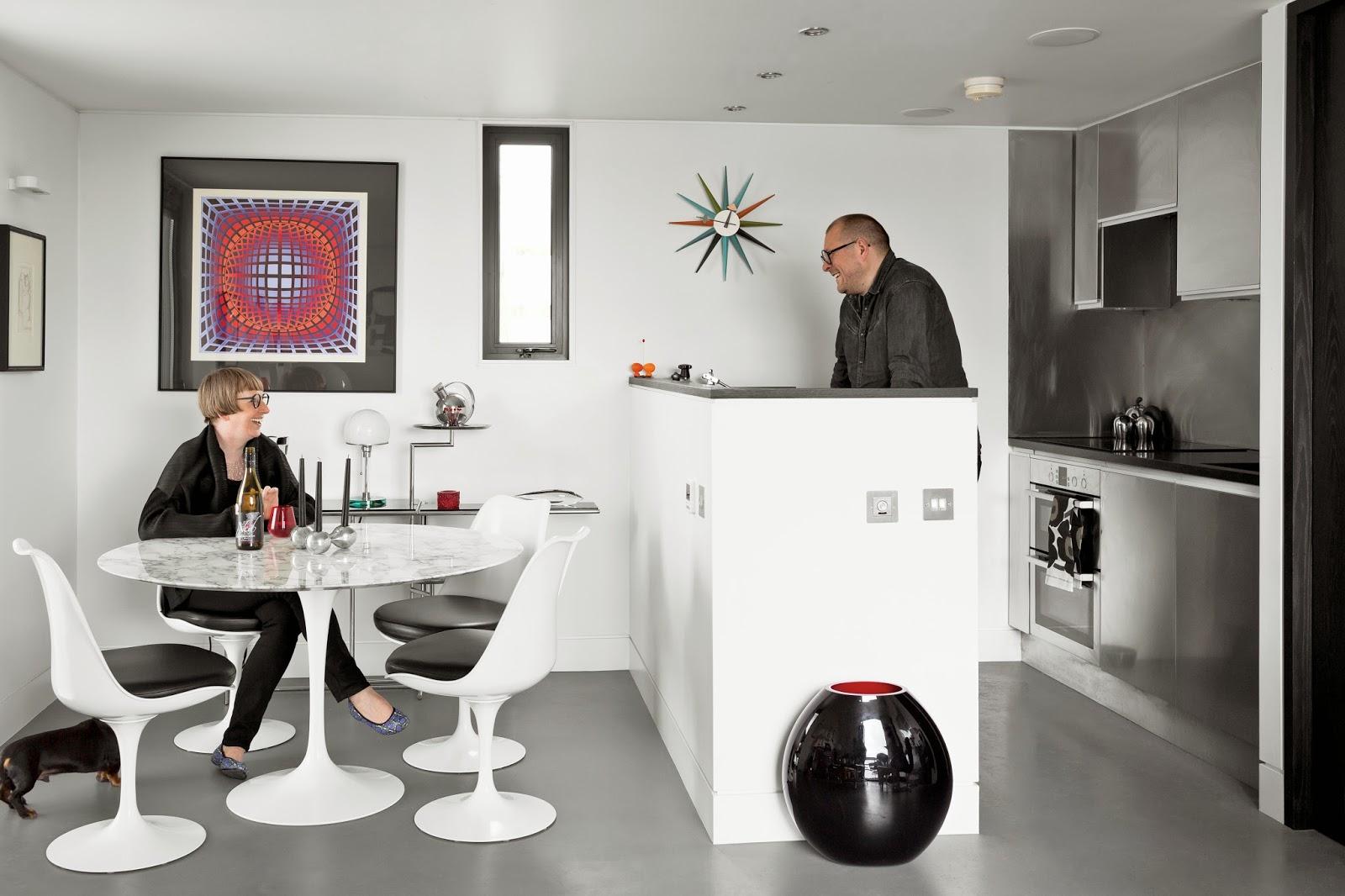 Tulip Chairs von Eero Saarinen / KNOLL auf George Nelson Wanduhr und Wagenfeld Tischleuchte – erlesene Designklassiker