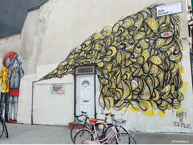 fresque street art jaune kef and 8+, street art graffiti couple qui s'abrite sous un journal Lodnres Broadway market