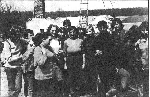 Bronisława Cieślak wśród uczestników rajdu pieszego śladami majora Hubala w 1974 roku. Na drugim planie szczątki obórki zniszczonej przez hitlerowców w czasie pacyfikacji wsi (w: Poznaj Swój Kraj, nr 3 z 1974 r.).