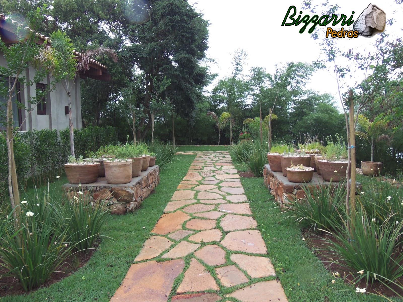 horta e jardim juntos:Caminho de pedra e horta de temperos terminados e finalizando o