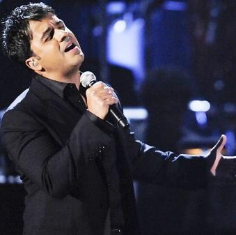 Luis Fonsi cantando con sentimiento