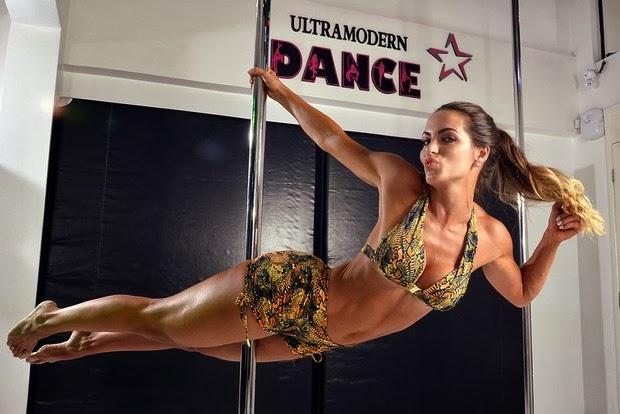 Carla Prata faz charme ao posar no pole dance
