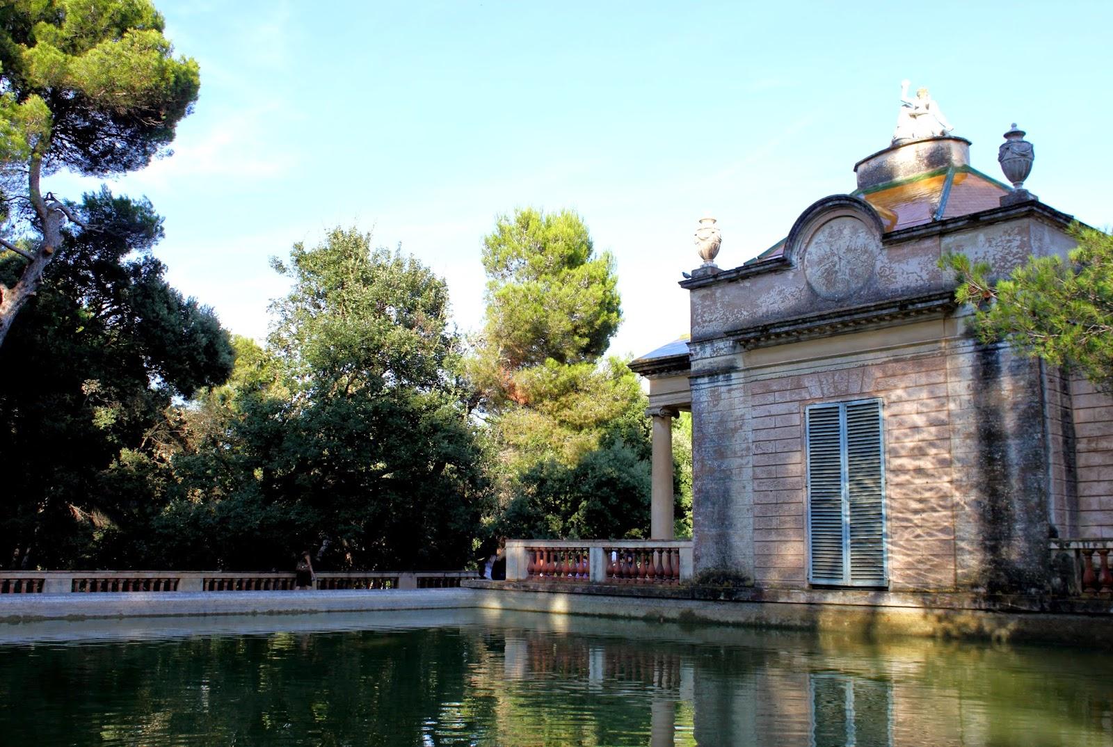Estanque y pabellón neoclásico