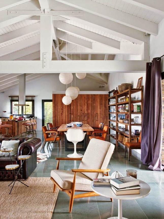 Interior loft en piedra hierro y madera con piezas for Decoracion techos madera interior