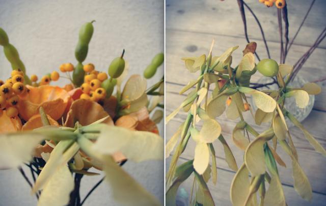 decorazioni con fiori di carta,semi, bacche e baccelli, colori autunnali