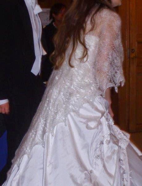 Bruid met een handgebreide bruidsshawl.