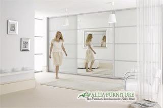 Kesan futuristik pada lemari dengan pintu kaca
