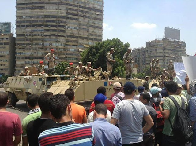 Terkini : Kadet-kadet tentera berdiri di atas kereta perisai manakala
