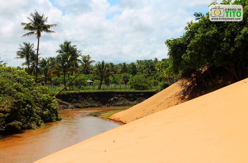 Riacho da Lagoa Redonda e duna, na Reserva Biológica de Santa Isabel, em Pirambu, Sergipe