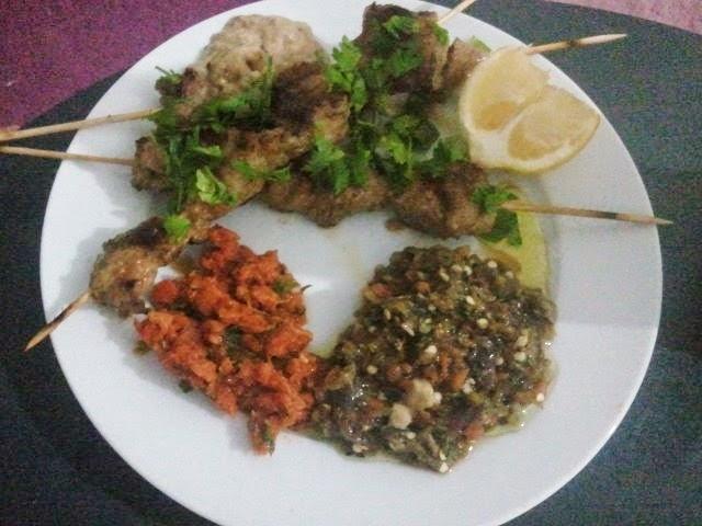 Les doigts de beya poulet grill avec salade de poivron grill mechwiya et carotte ommek - Salade de poivron grille ...