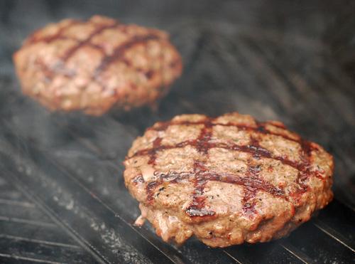 GrillGrate burger, big green egg burger, burger grill marks