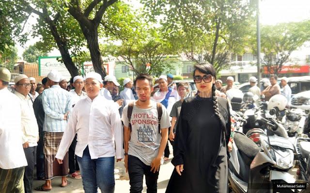 'Habib Selon' Meninggal, Julia Perez Berduka dan Melayat