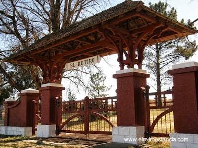 Arco de entrada al casco de la Estancia El Retiro en Sierra de la Ventana