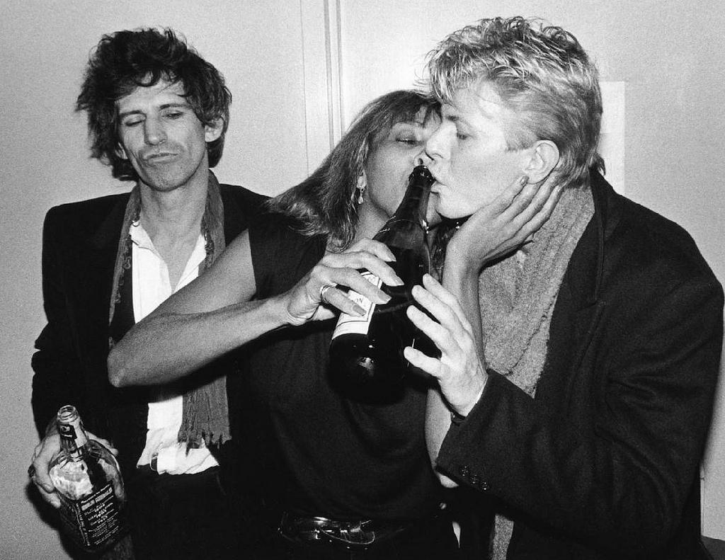http://4.bp.blogspot.com/-8CuQo75mIDM/UJBGmscAwrI/AAAAAAAA0DM/zam5Wk-gfQc/s1600/bob+Gruen+Keith+Richards,+Tina+Turner+&+David+Bowie,+NYC+1983.jpg