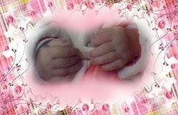 As mãozinhas da Ana Louise! lindas e gordinhas!