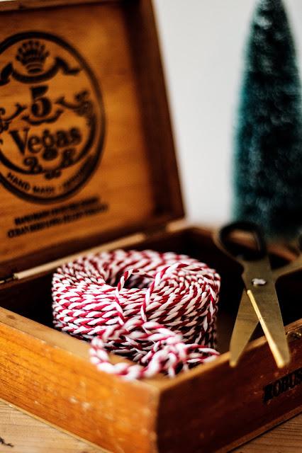 alte Zigarrenkiste, Weihnachtsdekoration, Dekotanne, Schere von Hay, Bakerstwine