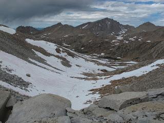 Der Abstieg von Feather Pass zu Bear Paw Lake und Ursa Lake; im Hintergrund Mount Hilgard