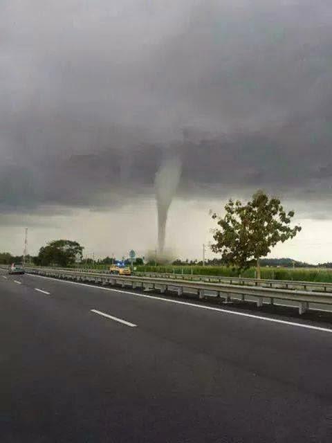 Gambar puting beliung di Alor Setar Kedah