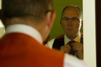 le marié ajuste sa cravate