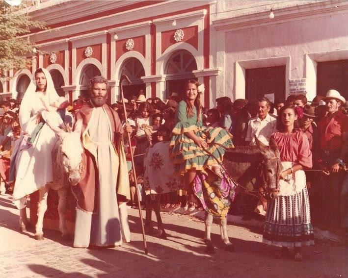 Desfile de Abertura da Corrida de Jericos com a Tradicional Sagrada Família
