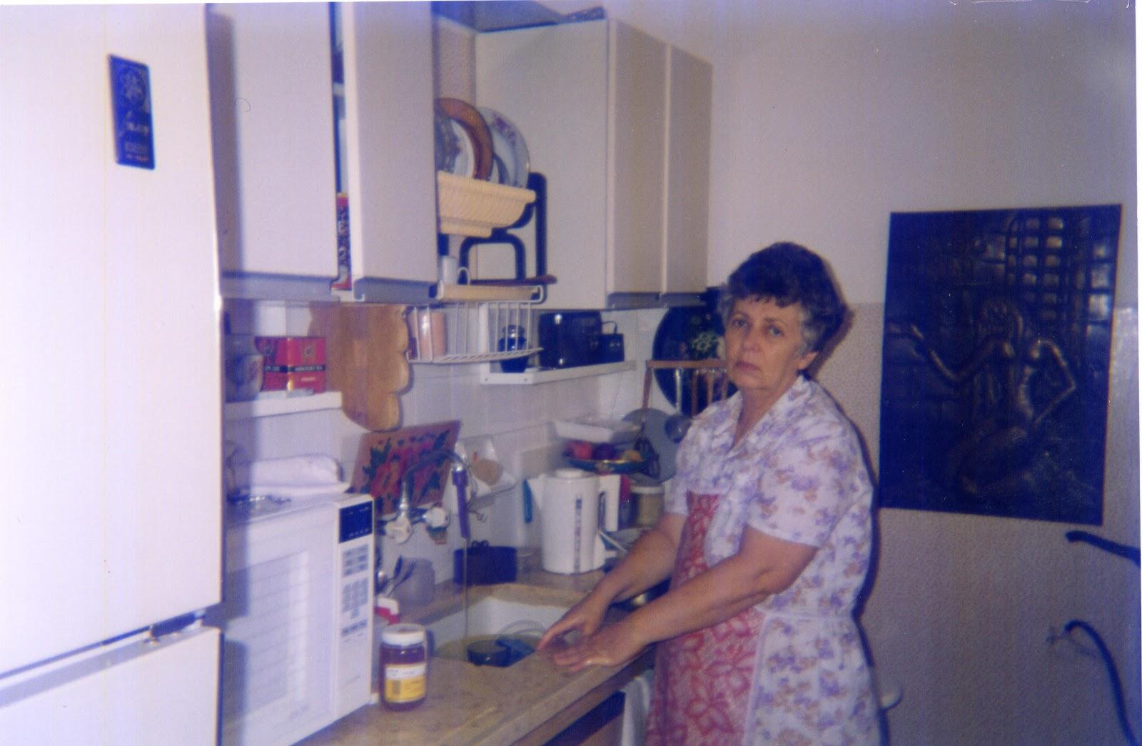 Красивая домохозяйка в корсете возбужденно отдается мастеру по ремонту сантехники