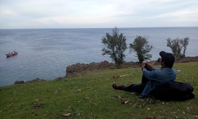 Duduk diam menikmati keindahan lautan didepan Benteng Jepang
