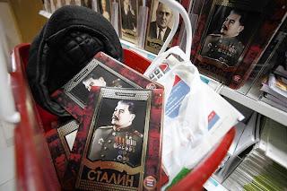 Notitieboekjes met beeltenis Stalin als warme broodjes...
