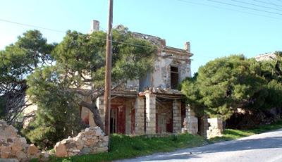 Το κόκκινο στοιχειωμένο σπίτι της Σύρου και η ιστορία του!