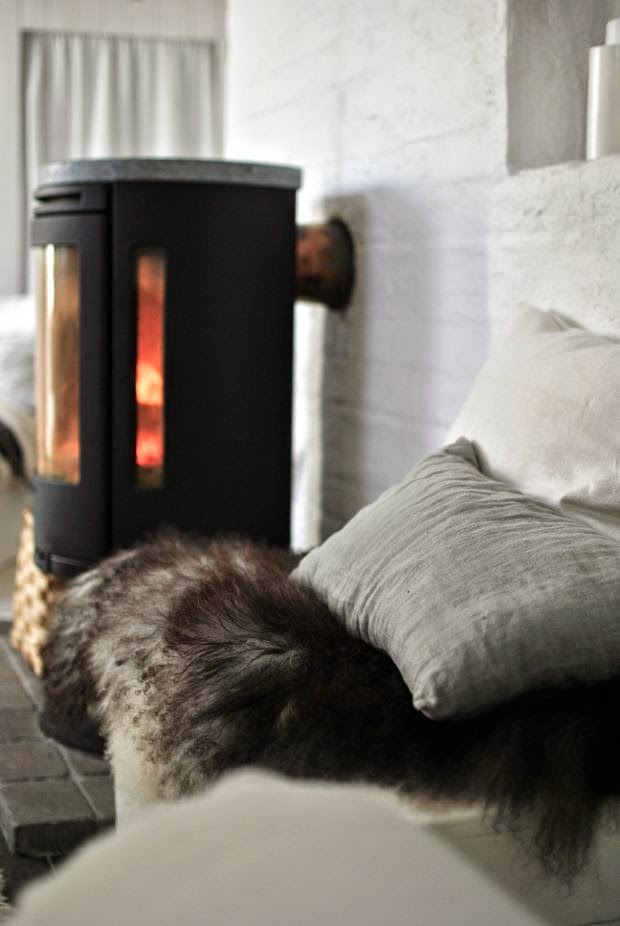 contura kamin isländskt fårskinn linnekuddar