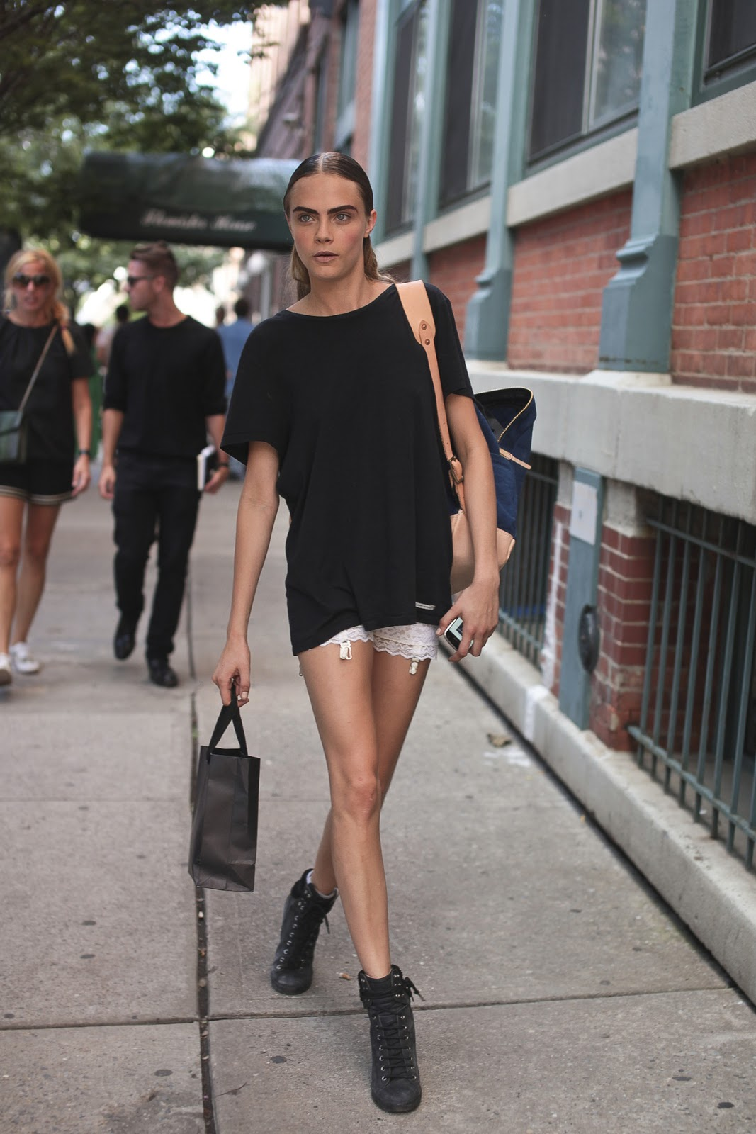 model street style cara delevingne 39 s slouchy tee the front row view. Black Bedroom Furniture Sets. Home Design Ideas