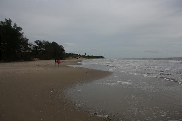 Paseando por la solitaria playa