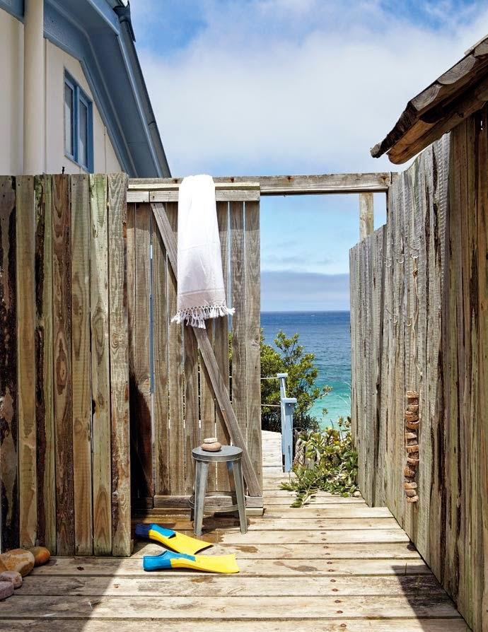 Бело-голубой интерьер пляжного дома у океана