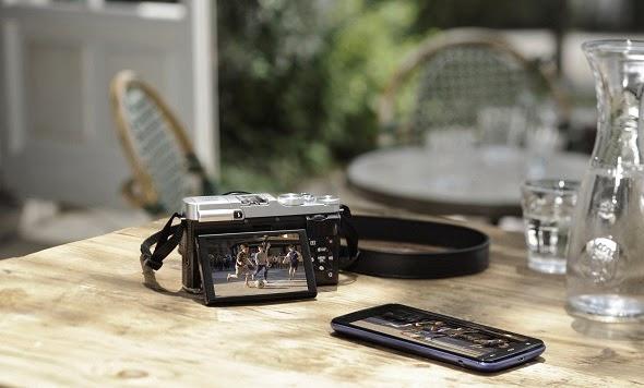 Fotografia della Fujifilm X-M1 con uno smartphone